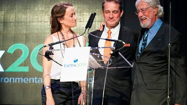 Slavní potomci J. J. Cousteaua: Celine Cousteau, Fabien Cousteau a Jean-Michel Cousteau přebírají cenu 'Explorers of the Year' (Objevitelé roku)