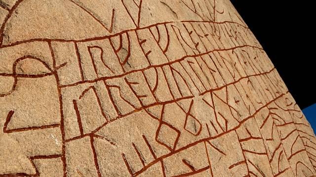 Detail zašifrovaného runového nápisu
