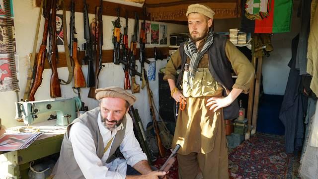 Afghánští ozbrojenci teroristické organizace Taliban s arzenálem zbraní ze 70.-80. let
