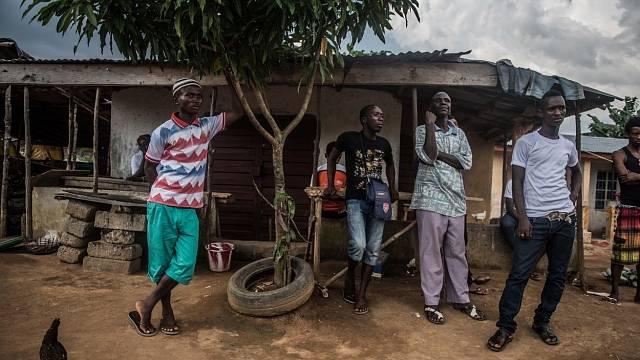 Příbuzní čekají na verdikt, zdali jsou jejich blízcí nakaženi ebolou.