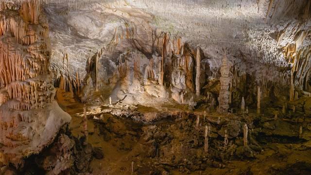 Některé tunely se otvírají do obřích krasových jeskyň. Slovinsko.