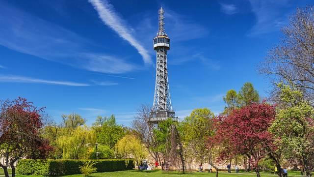 Pokud se vydáte na českou verzi Eiffelovy věže připravte si na základní vstupné 150 korun