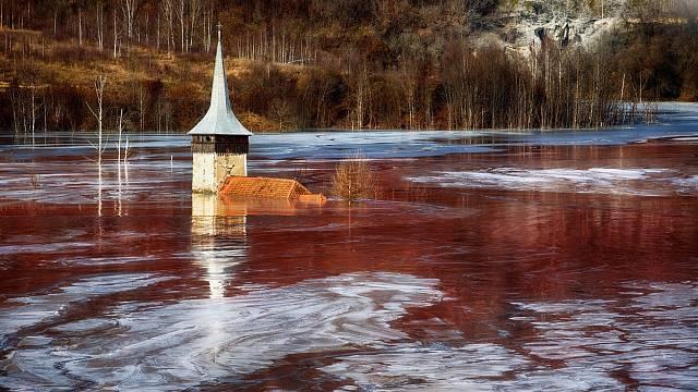 Malebná rumunská vesnička Geamăna se proměnila v toxické jezero