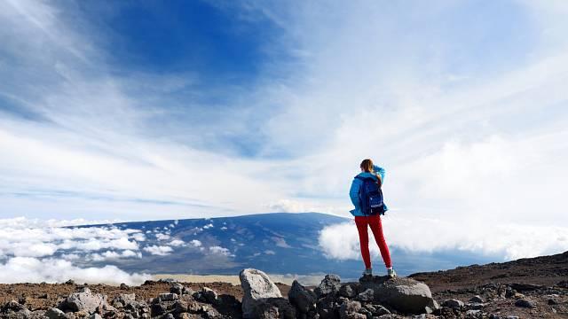Turistka pozorující sopečné údolí sopky Mauna Loe