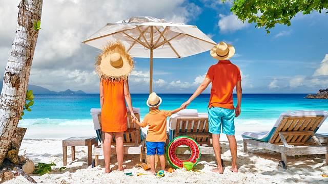 Rodina dívající se na moře