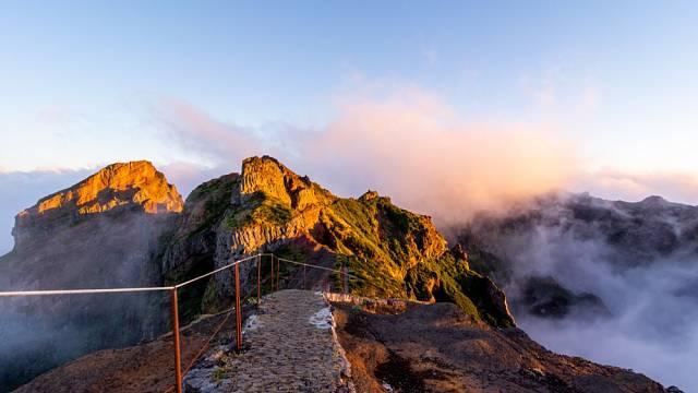 Horská turistika i procházky po vrstevnici. Turistických tras jsou na Madeiře stovky kilometrů.