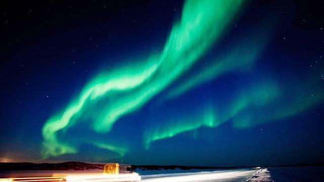 Slunce má přitom vliv i na polární záře (Aurora Borealis a Aurora Australis) ve svrchních vrstvách atmosféry Země, vyvolané slunečním větrem.