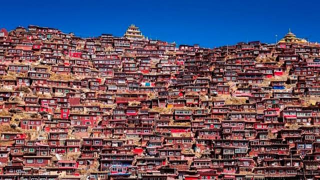 Toto izolované a krásnou krajinou obklopené město je atraktivní i pro turisty a fotografy