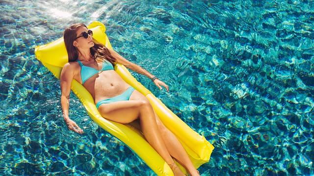 Žena na lehátku na moři