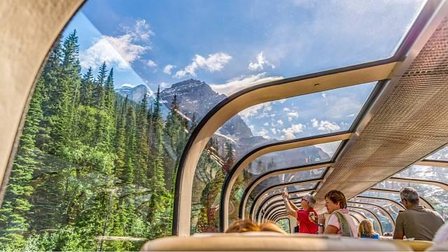 Rocky Mountaineer. Vlak projíždí mezi horami, řekami, jezery