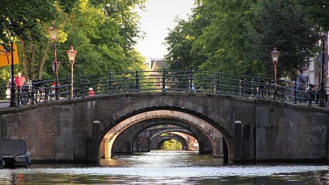 Mosty jsou obvykle výrazně klenuté.