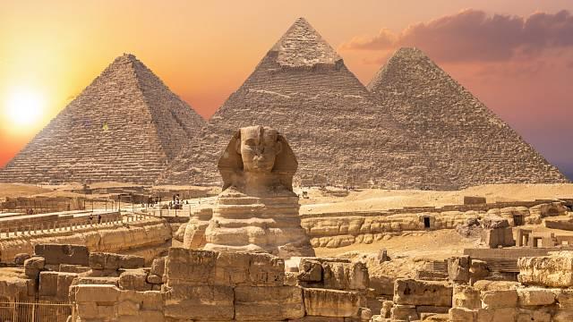 Existuje pod pyramidami a sfingou důmyslný systém tunelů?