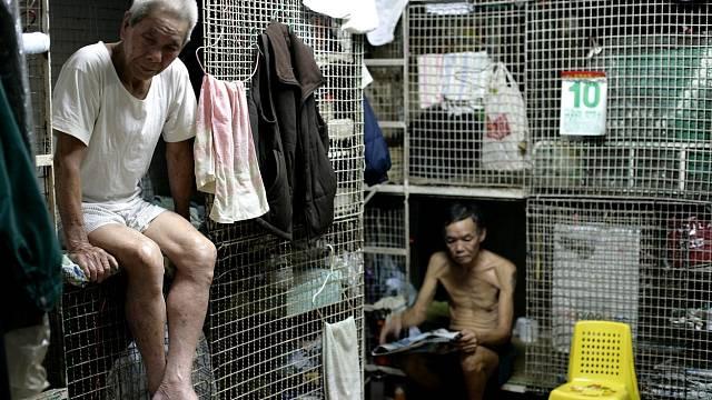 Hongkong není jen život v luxusu. Chudí zde žijí v klecích