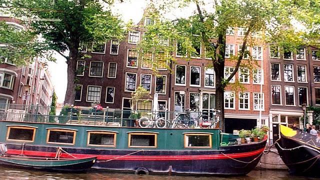 Mnoho obyvatel Amsterdamu vyměnilo dům za loď.