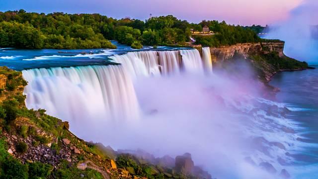 Niagarské vodopády dosahují výšky 52 a šířky 1200 metrů