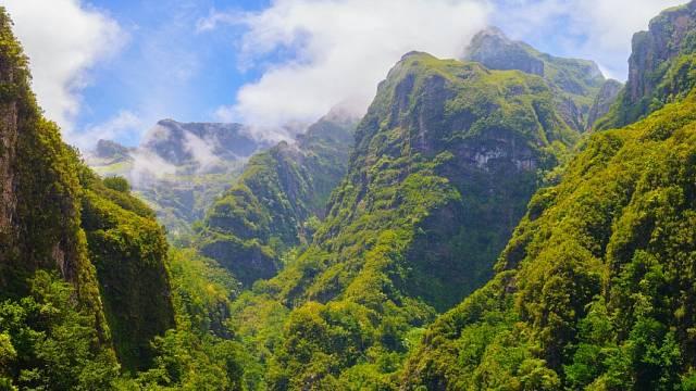 Na Madeiře je převážně skalnaté pobřeží. Písčité pláže najdete na vedlejším ostrově