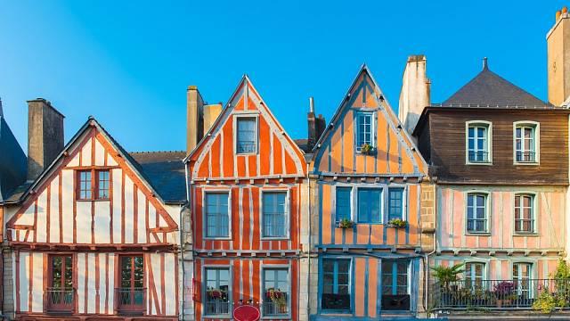 Krásné staré hrázděné domy, Bretaň, Francie