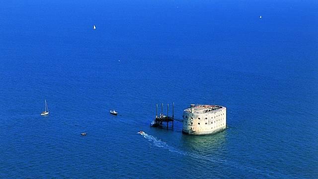 Původně měl být Boyard určen, spolu s pevnostíEnetaÎle-d'Aix, jako jakási stráží a obranná věž francouzského pobřeží.