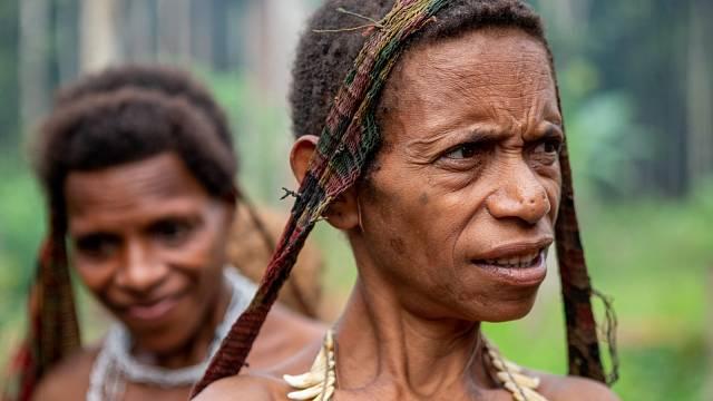Korowaiské ženy se vdávají v okamžiku první menstruace