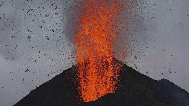 Ohnivá mračna se řítí po horách a ničí téměř vše, co jim stojí v cestě.