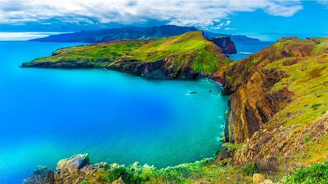 Madeira je extrémně hornatý ostrov sopečného původu v Atlantickém oceánu