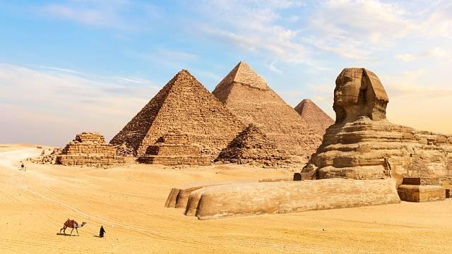 Pohled na pyramidy v Gíze s dominantou sfingy