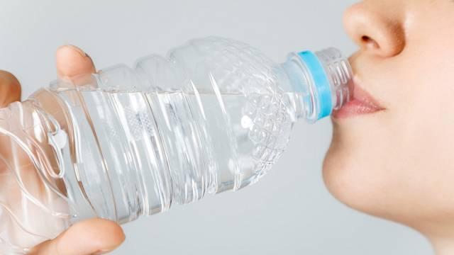 Nikdy nepijte vodu z PET láhví