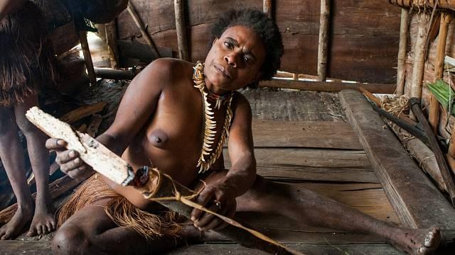 Ženy vyrábějí primitivní nástroje