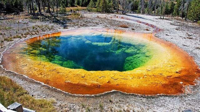 Jezírko Morning Glory je jako z jiné planety. Duhově barevný pramen najdete v Yellowstonu
