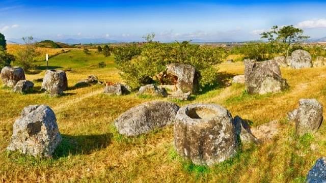 Tisíce megalitických kamenných nádob jsou roztroušeny po téměř sto místech na severu Laosu
