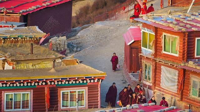 Všude kolem vás se procházejí mniši a jeptišky v typických červených hábitech