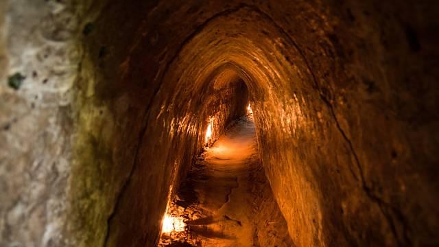 Starověké tunely se vyskytují po celém světě. Vietnam.