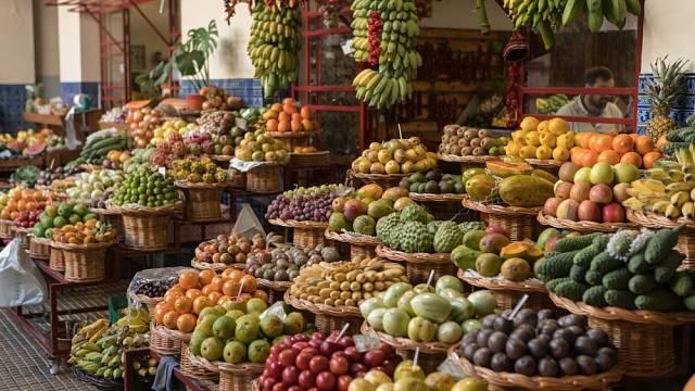 Na trhu si můžete vybrat z několika druhů marakuji nebo guavy. Nabídka exotického ovoce připomíná Asii, čistota Evropu