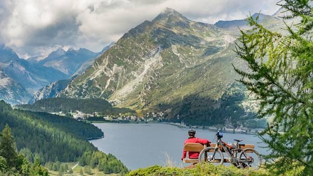 Krásný výhled mezi Saint Moritz a Maloja, Engadin, Švýcarsko