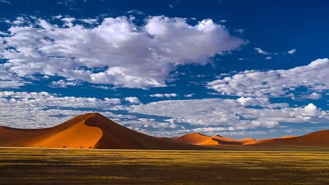 Sossusvlei je obklopena vysokými červenými dunami