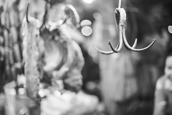 Tělo svého mrtvého manžela zavěsila na řeznický hák.