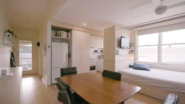 V bytě vládnou světlé barvy a skandinávská jednoduchost.