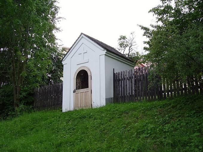 Kaplička v obci Razová, kam byla vyhoštěna Slánského rodina.