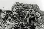 V táboře vojáci našli hromady bot obětí holocaustu.