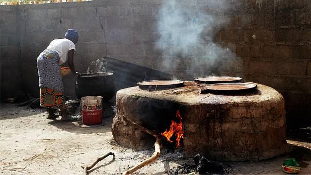 Přípravou místního prosného piva v Burkině Faso se zabývají především ženy