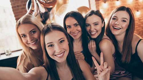 Menstruační party pořádají rodiče pro své dcery.