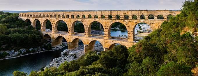 Římané budovali akvadukty napříč celým svým impériem za účelem přivést vodu do měst. Pont du Gard v Provence je jeden ze zachovaných mostů.