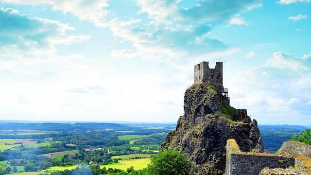 Pod hradem je 600 metrů hluboká průrva, o níž se říká, že je dírou do pekla