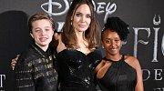 Shiloh s matkou Angelinou Jolie a sestrou Zaharou