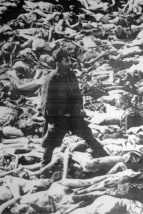 Fritz Klein v hromadném hrobě v koncentračním táboře Bergen-Belsen po jeho osvobození v dubnu 1945.