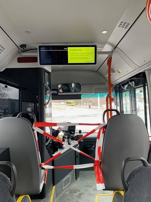 Je nutné dodržovat dostatečný odstup, virus se přenáší kapénkami. Někteří dopravci vymezují v dopravních prostředcích MHD bezpečnostní zónu.