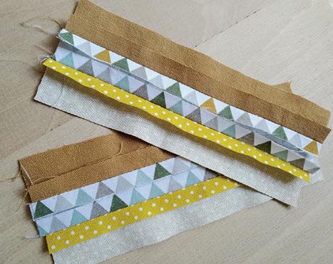 Sešijeme barevné pásky k sobě dlouhými stranami