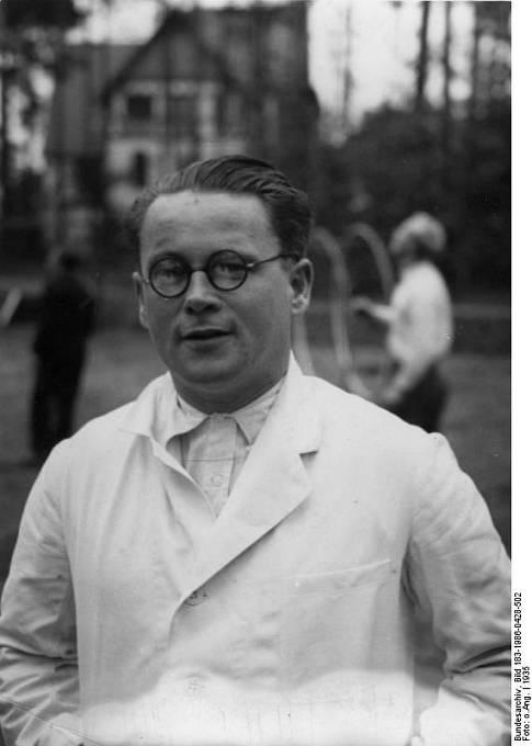 Karl Gebhardt před klinikou sportovního lékařství Hohenlychen.