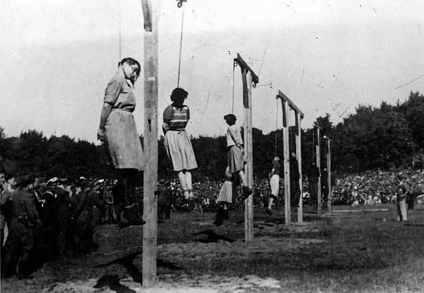 Ewa Paradies, dozorkyně z koncentračního tábora Stutthof byla 4. července 1946 na kopci Biskupia Gorka veřejně oběšena. Na fotografii druhá zleva.