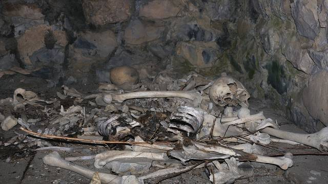 Některé mrtvoly jsou ale tak zachovalé, že jejich kosti ještě pokrývá maso